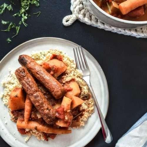 Plat de couscous aux légumes d'hiver avec merguez ou pois chiches