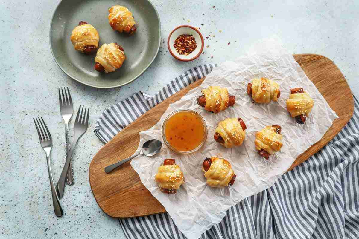 Recette de feuilletés aux merguez, fromage de chèvre et sauce aux abricots - ici servis en apéro!