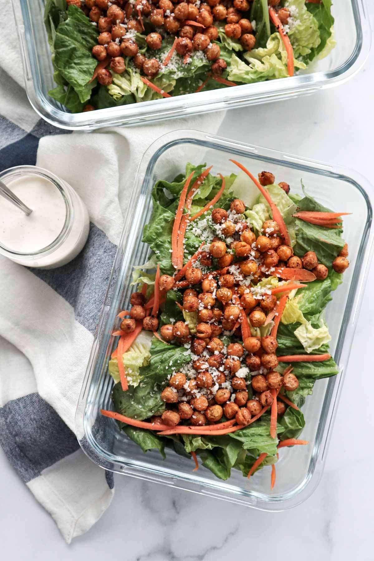 Plat de lunch de salade cesar végétarienne avec pois chiches croustillants et sauce César maison