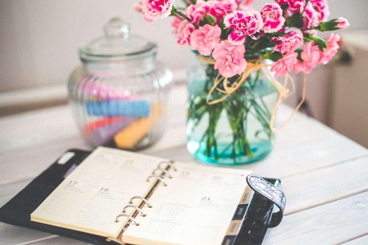Un agenda ouvert, sur une table, pour dire de ne pas oublier de considérer ses besoins et ses activités lorsqu'on veut commencer à planifier les repas